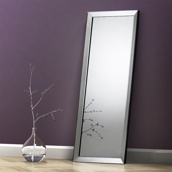 Soprano Lean to Dressing Mirror_1