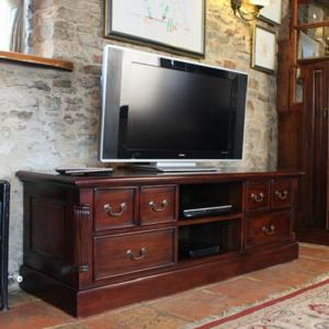 Belarus Widescreen TV Stand In Mahogany With Drawers And Shelves